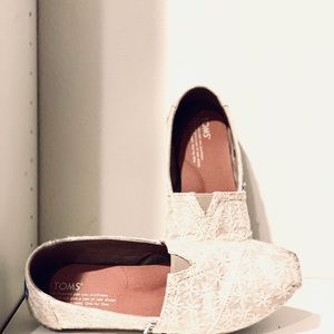 Cream TOM'S Lace Sparkle Slip On Loafers, size 7.5